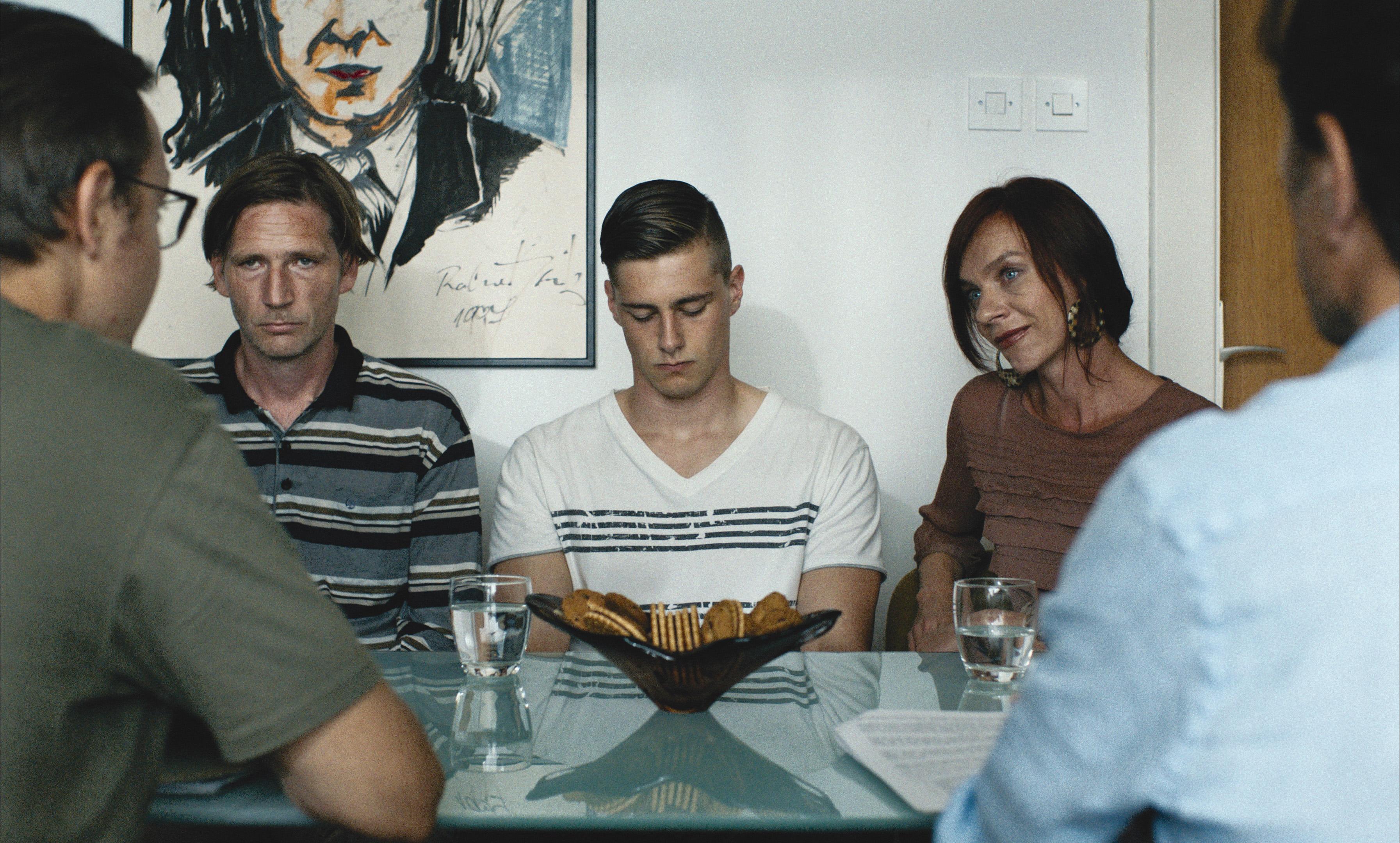 """Andrej, entre son père et sa mère, à son arrivée au centre de """"détention""""."""